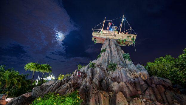 Festa noturna no Thypoon Lagoon.jpg